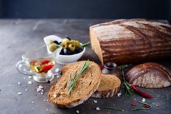 Pão fresco com azeite e azeitonas