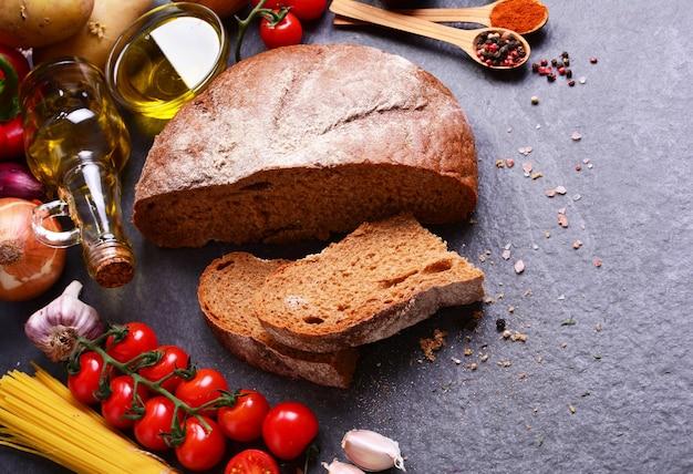 Pão fresco com especiarias, vegetais e espaguete