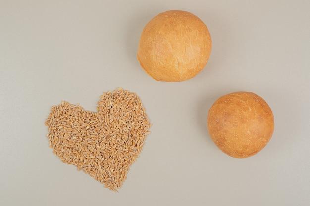 Pão fresco com grãos de aveia na superfície branca