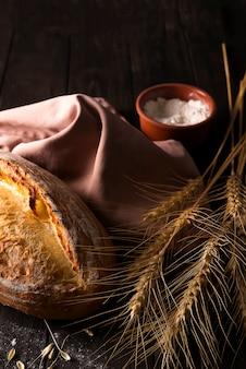 Pão fresco com trigo na mesa de madeira