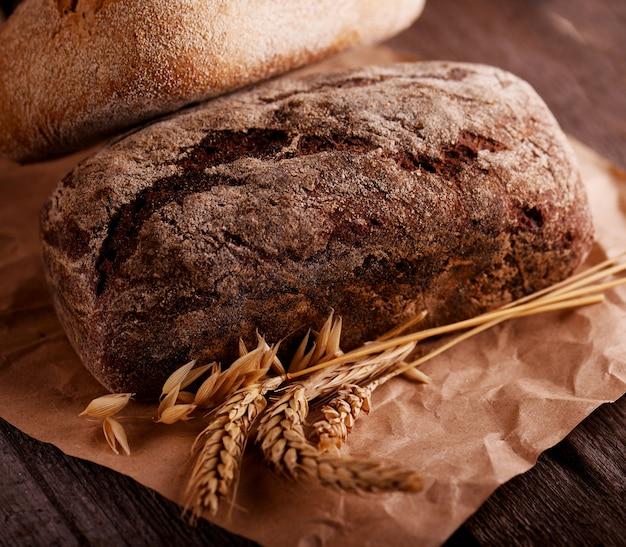 Pão fresco com uma velha mesa de madeira
