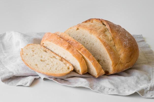 Pão fresco cortado em ângulo alto