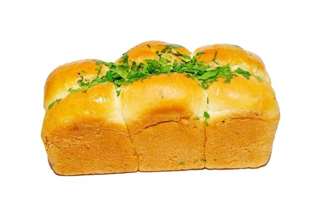 Pão fresco dourado com verduras isoladas em branco