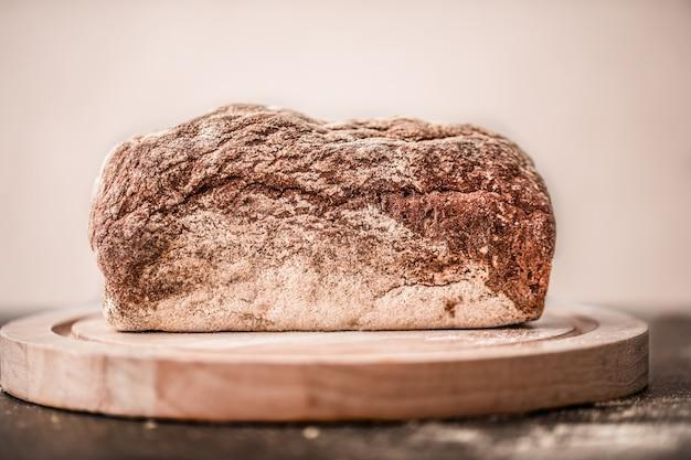 Pão fresco e delicioso em cima da mesa