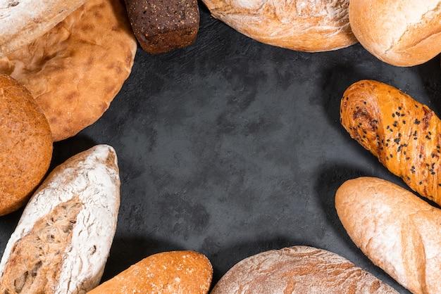 Pão fresco em cima da mesa