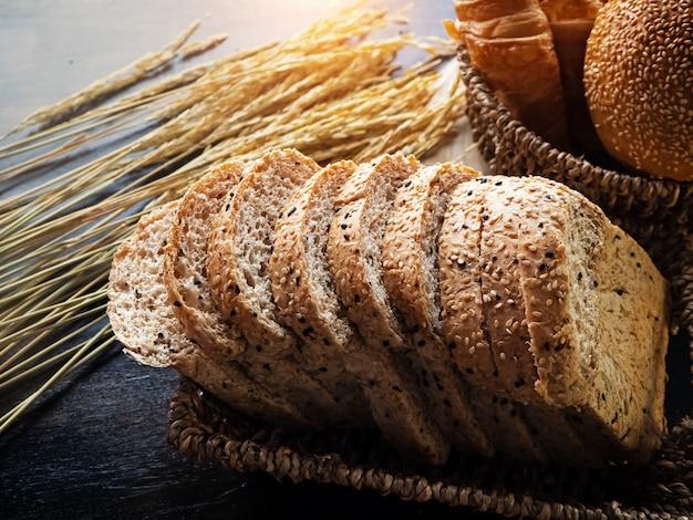 Pão fresco em fundo de madeira