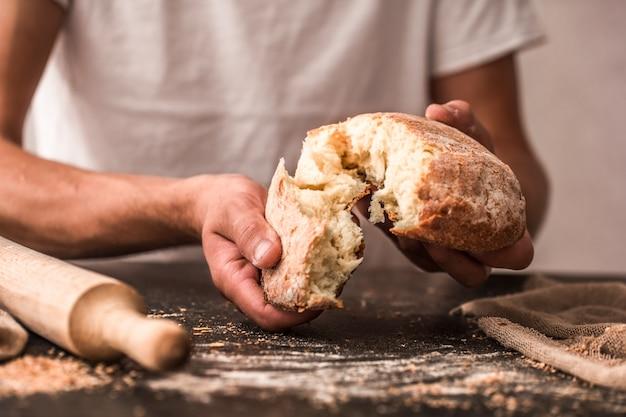 Pão fresco em mãos closeup na