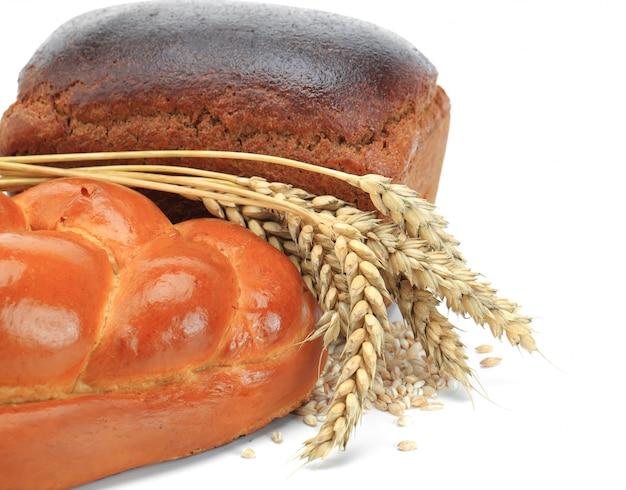 Pão fresco em um fundo antigo com acessórios de cozinha em cima da mesa.