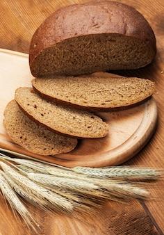 Pão fresco em uma mesa de madeira