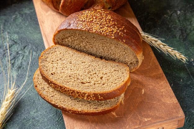 Pão fresco fatiado de vista frontal