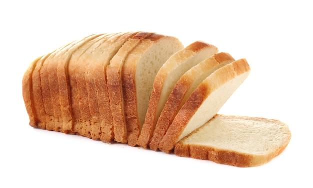 Pão fresco fatiado isolado no branco