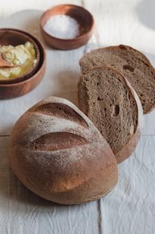 Pão fresco fatiado redondo e crocante em linho