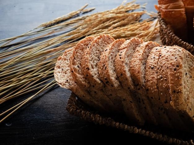 Pão fresco na cesta, coloque no lado direito da mesa de madeira