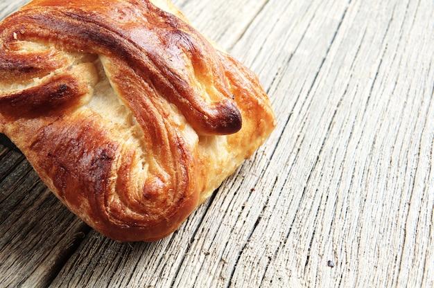 Pão fresco na mesa de madeira closeup
