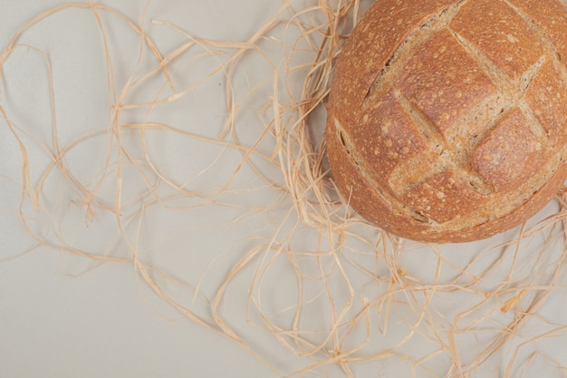 Pão fresco na superfície branca