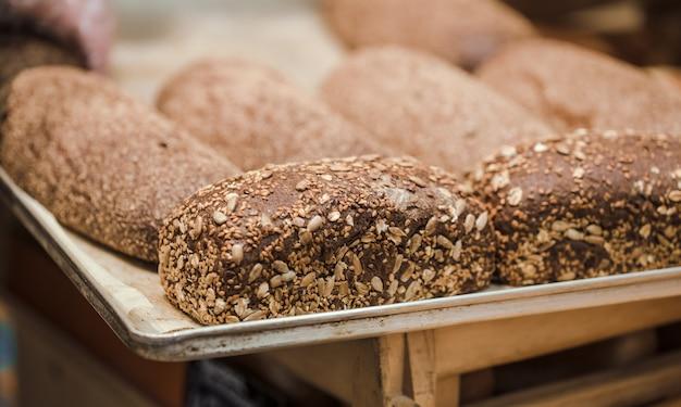 Pão fresco no balcão da loja, close-up.