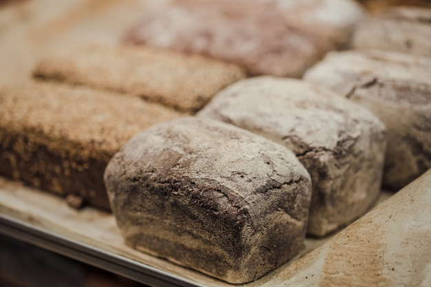 Pão fresco no balcão da loja