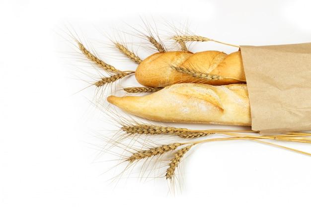 Pão fresco no saco com trigo isolado