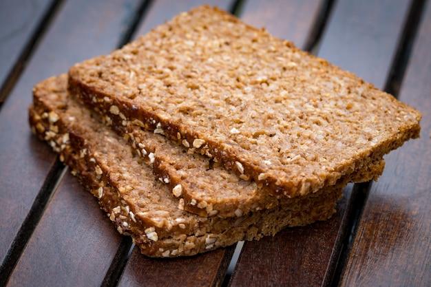 Pão fresco ou bolo com gergelim na madeira.