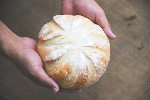 Pão fresco padaria na mão café da manhã caseiro