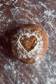 Pão fresco sobre a vista superior de tabela