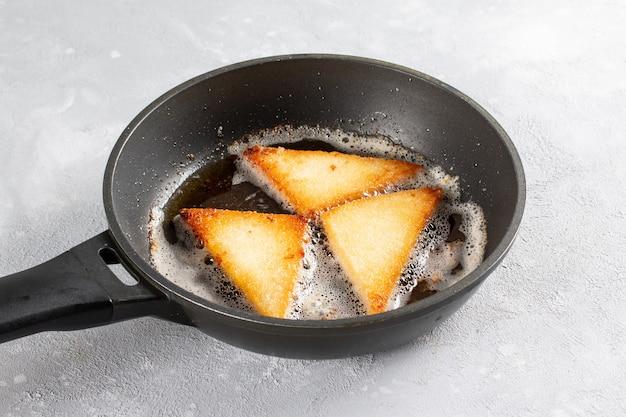Pão frito na panela