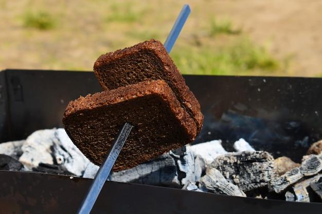 Pão grelhado frito no espeto fora