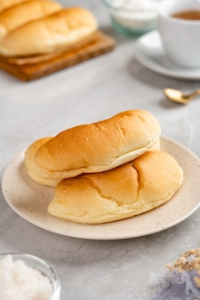 Pão indonésio com recheio de coco ralado em chapa