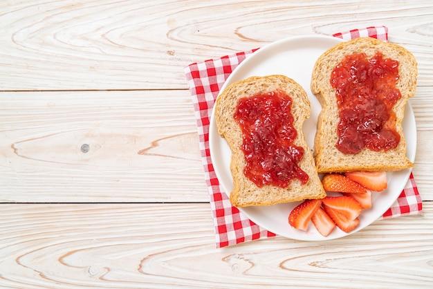 Pão integral caseiro com geléia de morango e morango fresco