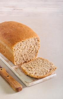 Pão integral caseiro, fatiado a bordo