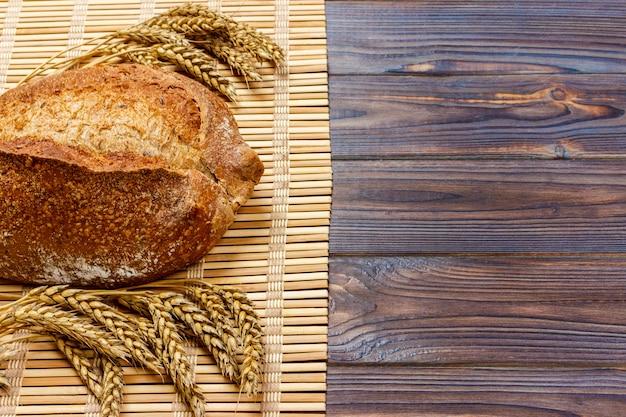 Pão integral caseiro fresco com trigo