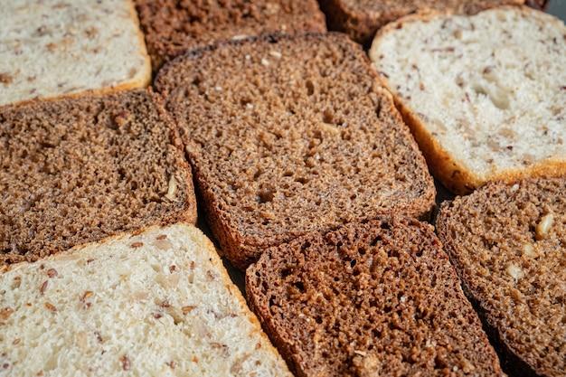 Pão integral com textura detalhada visível