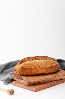 Pão integral em uma pilha de tábuas de madeira vista frontal