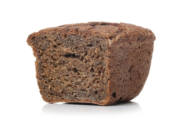 Pão integral em uma superfície branca