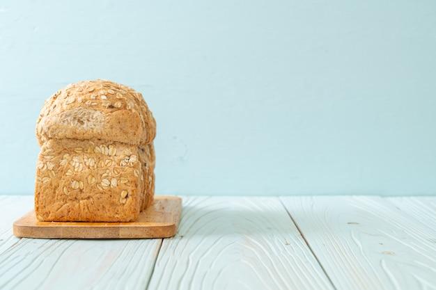 Pão integral fatiado em uma mesa de madeira