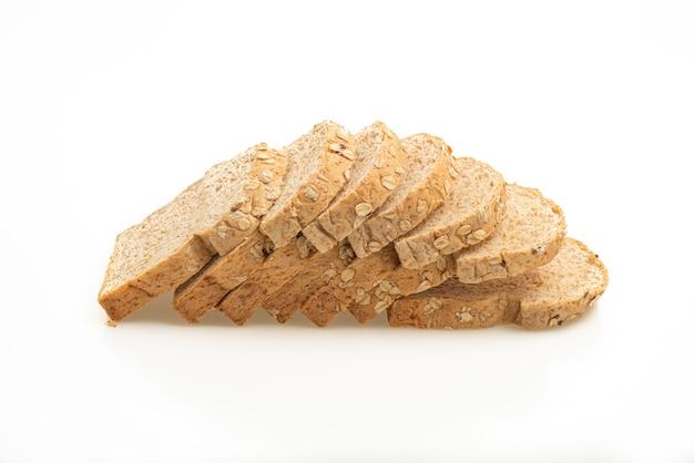 Pão integral fatiado isolado na superfície branca