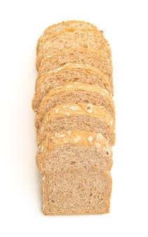 Pão integral fatiado isolado no branco