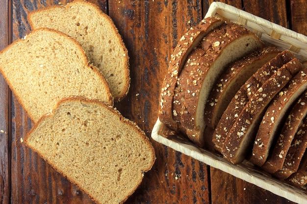 Pão integral fatiado orgânico dentro da cesta