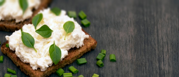 Pão inteiro da grão com queijo e ervas de feta.