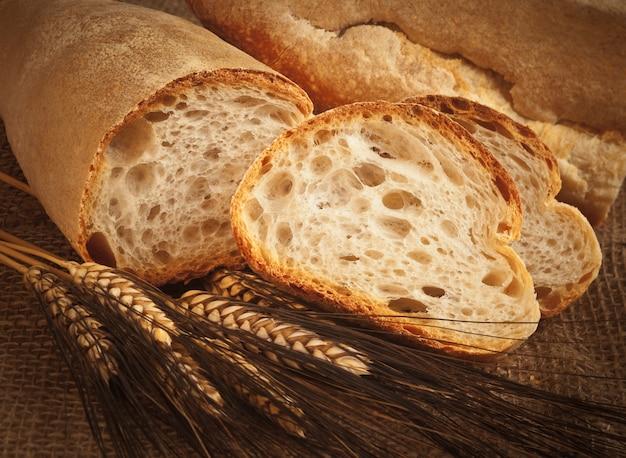 Pão italiano caseiro com espigas de trigo