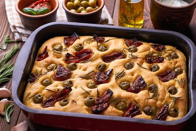 Pão italiano clássico focaccia com alecrim e tomate seco