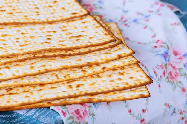 Pão judeu matza em madeira