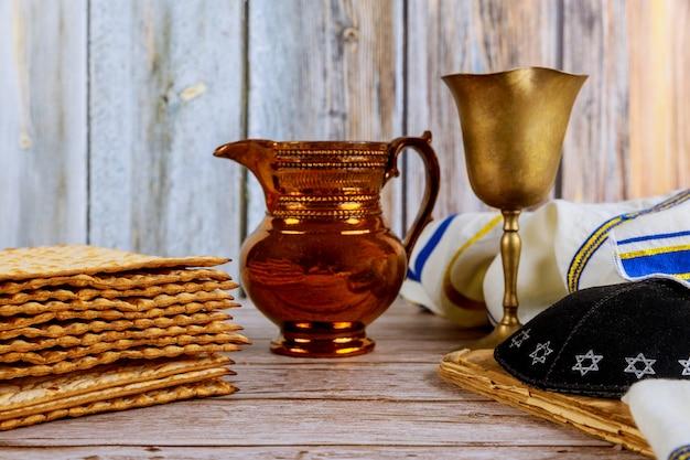 Pão judeu matzah com vinho. páscoa de férias com kipah e talit