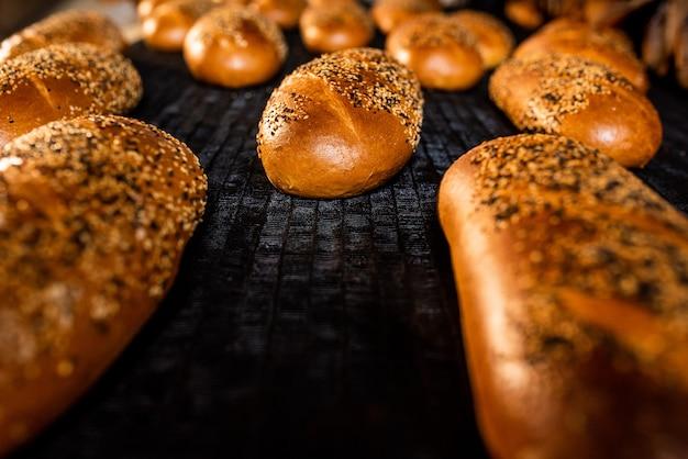 Pão. linha de produção de pão. pão no transportador.