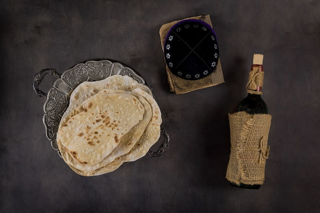 Pão matzoh da páscoa judaica e vinho kosher sobre mesa de madeira