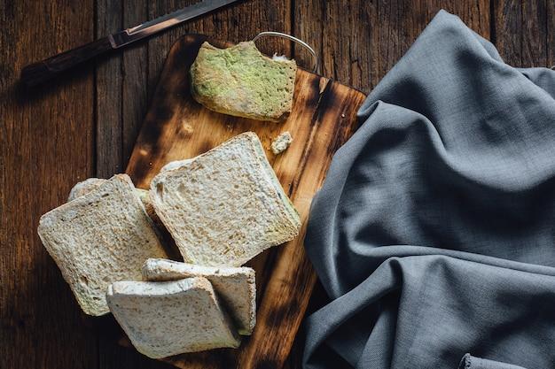 Pão mofado na mesa de madeira