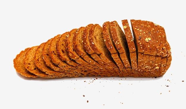 Pão multigrãos fatiado fresco isolado no fundo branco.