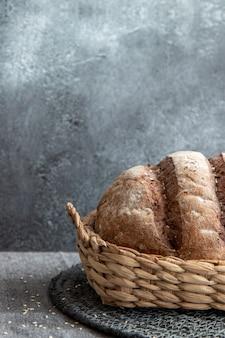 Pão na cesta na parede de mármore cinza