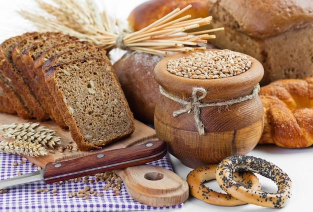 Pão na composição com acessórios de cozinha em cima da mesa