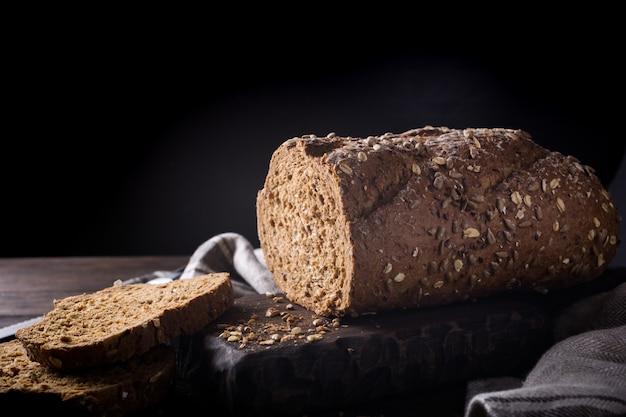 Pão na tábua de madeira